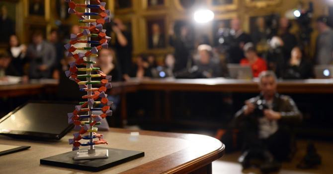 Ottobre 2015: premiazione con il Nobel di tre ricercatori sulle tecniche di riparazione del Dna (Afp)